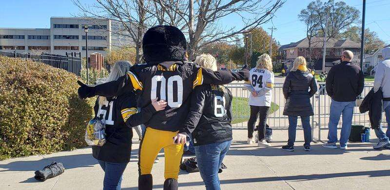 Video: Iowa Hawkeyes' arrival at Kinnick for home opener