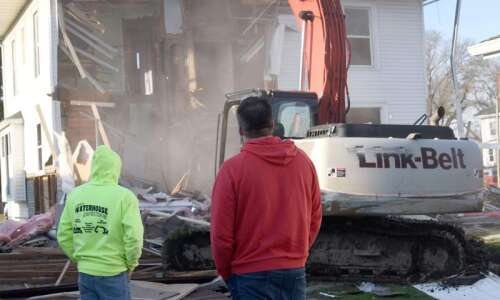 Crew tears down house adjacent to house that exploded in…
