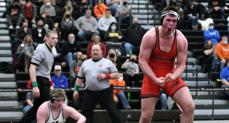Linn-Mar goes 7-for-7 in finals of district wrestling tournament at Prairie