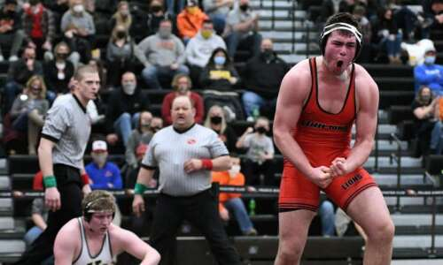 Linn-Mar goes 7-for-7 in finals of district wrestling tournament at…