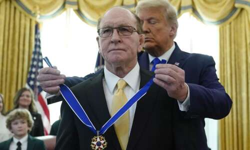 Trump honors legendary Iowa wrestler Dan Gable with Presidential Medal…