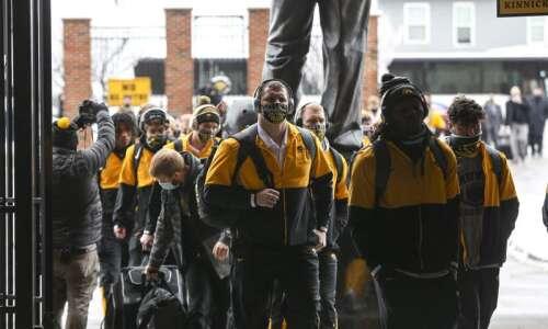 Iowa, Iowa State football teams avoid COVID-19 outbreaks through testing,…
