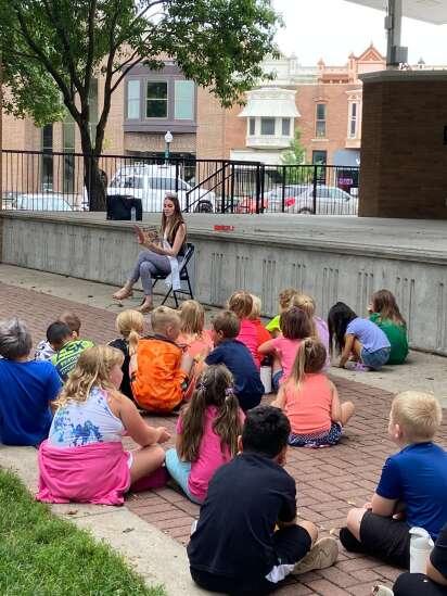 Miss Iowa reads for kids in Washington