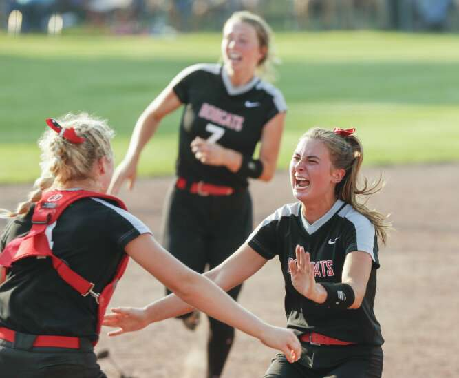 Western Dubuque's state softball 'Raccoon hunt' results in a championship