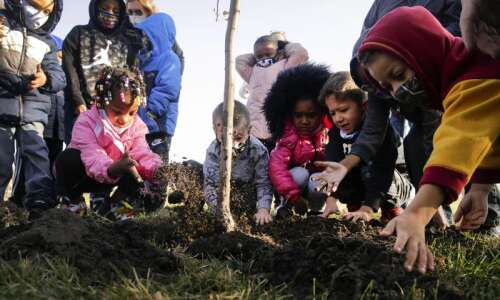 Cedar Rapids elementary students 'plant hope' with 6 apple trees…