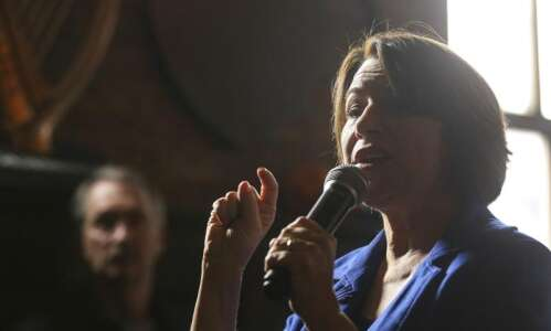 Some Iowa voters looking for 'the middle' look to Amy…