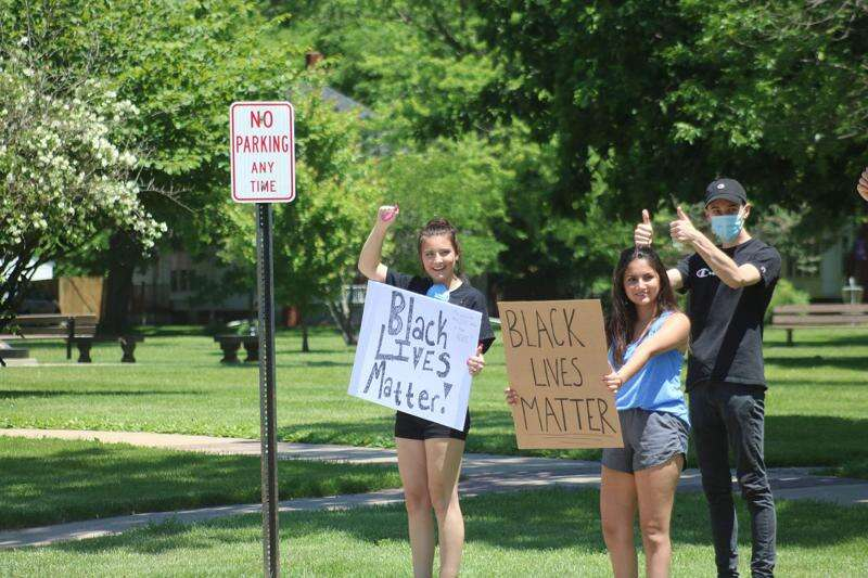 Students show solidarity with sit-in