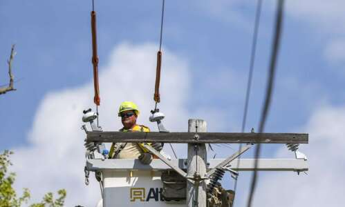Fewer than 2,000 with no power in Linn County