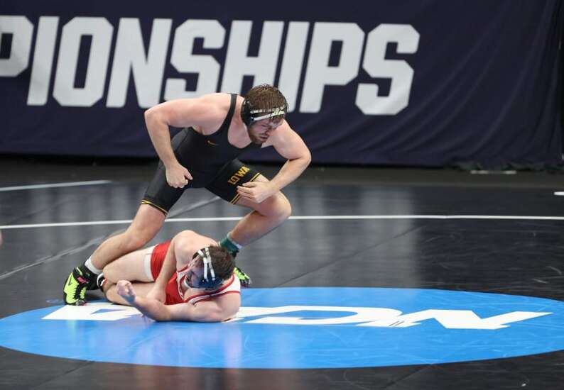 NCAA wrestling: Iowa takes care of business on Day 1, sends 8 to quarterfinals