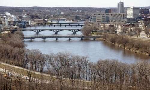 Cedar Rapids addressing minor flood stage river levels