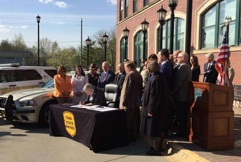 Branstad signs Iowa law against texting while driving