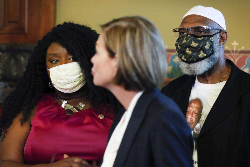 Iowa Gov. Kim Reynolds signs order restoring felon voting rights