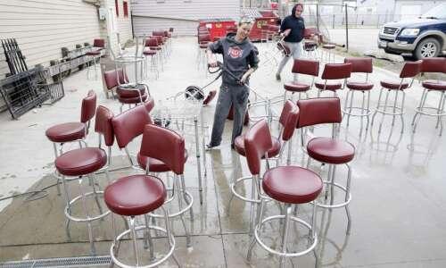 Iowa restaurants scramble toward reopening