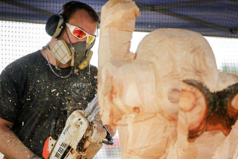 Linn-Mar students sign up chain saw artists for auction