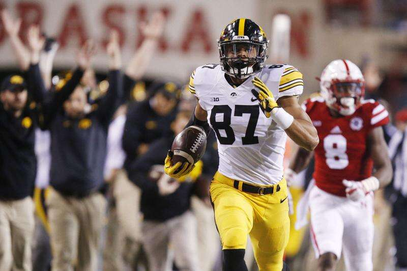 Hlas: Iowa Hawkeyes prey on wounded Huskers