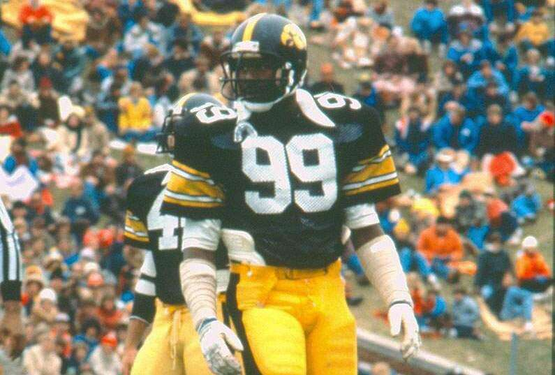 Former Hawkeyes Andre Tippett, Bob Stoops to enter College Football Hall of Fame