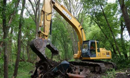 Old cars from '50s, '60s dug up during riverbank restoration…