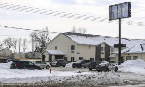 Authorities: Woman killed at southwest Cedar Rapids motel, suspect shot…