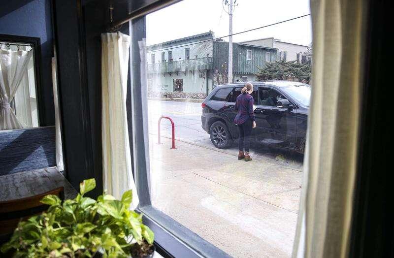 Cedar Rapids mayor warns liquor licenses at risk for bars that ignore coronavirus shutdown