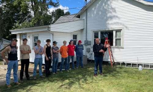 Marion, Linn-Mar students begin second community build